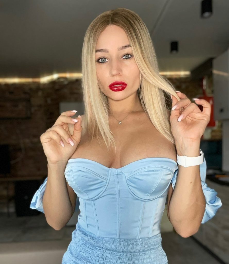 Alice Redlips blonde amateur